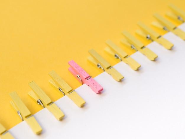 Roze wasknijper in het midden van gele wasknijpers Gratis Foto