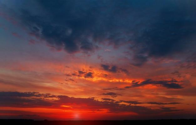 Roze wolkenmengeling in de blauwe hemelwolken bij zonsondergang. Premium Foto