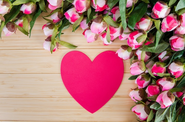 Rozen en hartvormkaart voor uw bericht Premium Foto