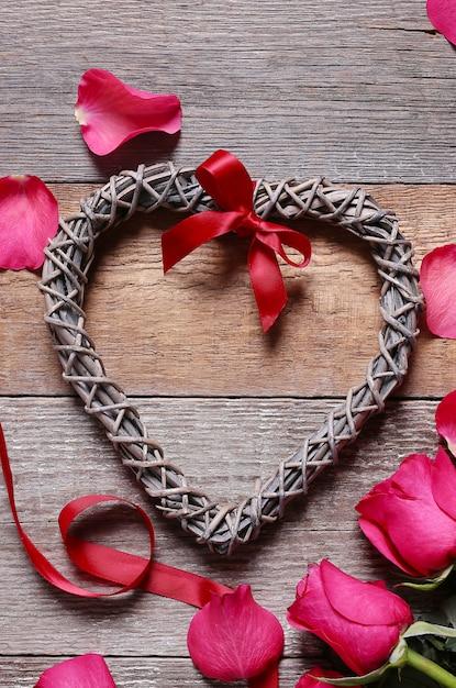 Rozenblaadjes met hartvormige frame Gratis Foto