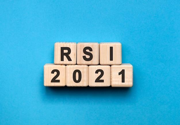 Rsi - tekstconcept op houten kubussen met blauwe achtergrond met kleurovergang Premium Foto