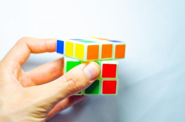 Rubiks kubus in handen. Premium Foto