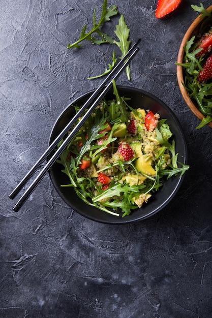 Rucola salade met quinoa, aardbei, honing en chia zaden. Premium Foto