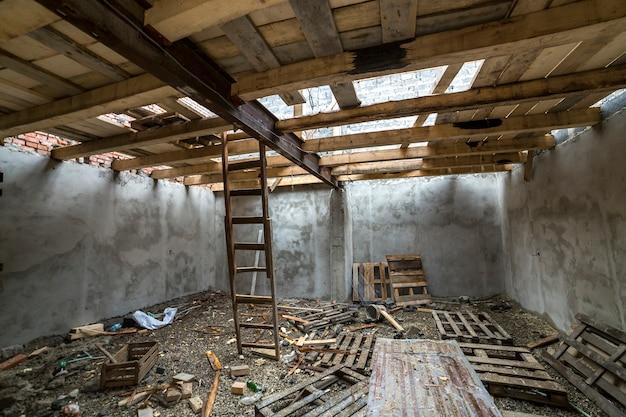 Ruime zolderkamer in aanbouw en renovatie. Premium Foto