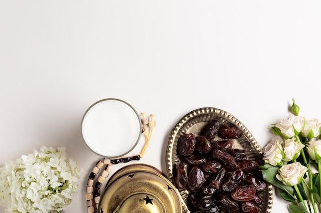 Ruimte bovenaanzicht arabisch decor en datums kopiëren Gratis Foto