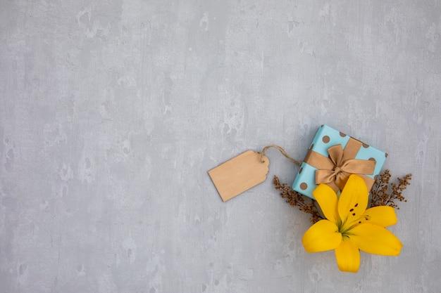 Ruimte leliebloem en cadeau kopiëren Gratis Foto