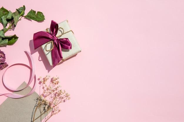 Ruimte roze achtergrond met cadeau kopiëren Gratis Foto