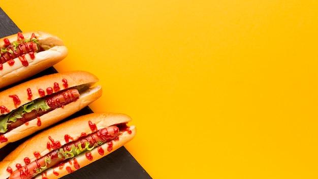 Ruimteachtergrond van het hotdogs de gele exemplaar Gratis Foto