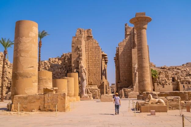 Ruïnes in de tempel van karnak, het grote heiligdom van amon. egypte Premium Foto