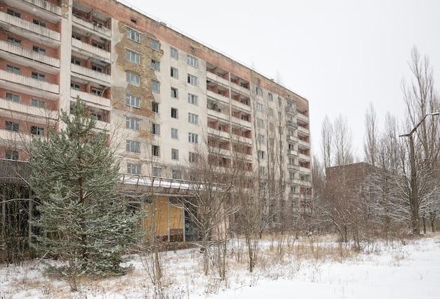 Ruïnes in de verlaten stad pripyat in de uitsluitingszone van tsjernobyl Premium Foto