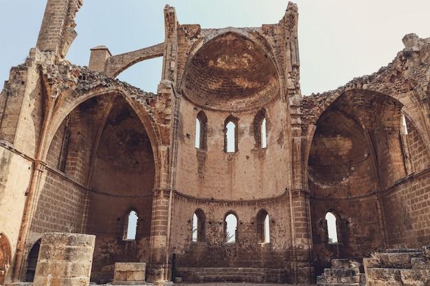Ruïnes van de kerk van st george van de grieken kerk, famagusta, noord-cyprus Premium Foto