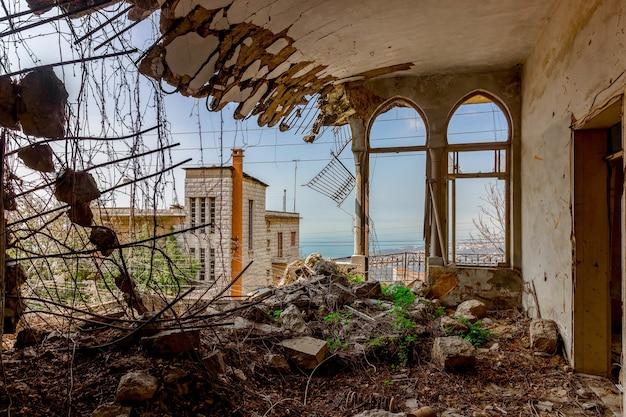 Ruïnes van een vervallen herenhuis in libanon na de oorlog Gratis Foto
