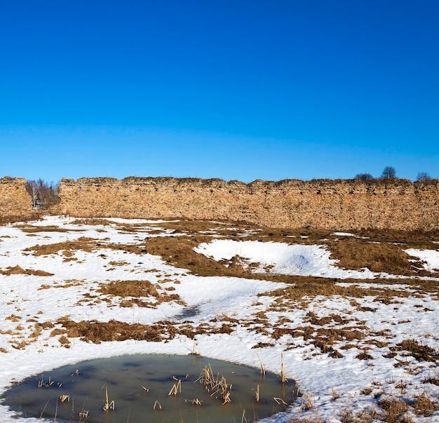 Ruïnes, wit-rusland de ruïnes van de oude wallen van het kasteel, gelegen in het dorp krevo Premium Foto