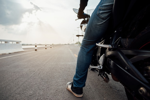 Ruitermotor op de weg rijden. plezier hebben om de lege weg te rijden Gratis Foto