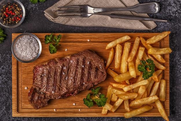 Rundvlees barbecue steak met frietjes Premium Foto