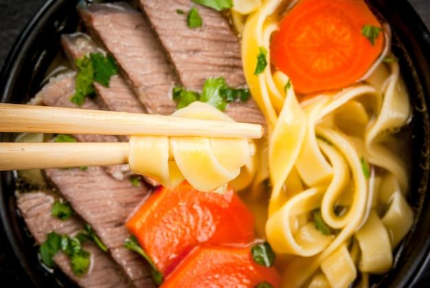 Rundvleessoep met noedels in aziatische stijl Premium Foto