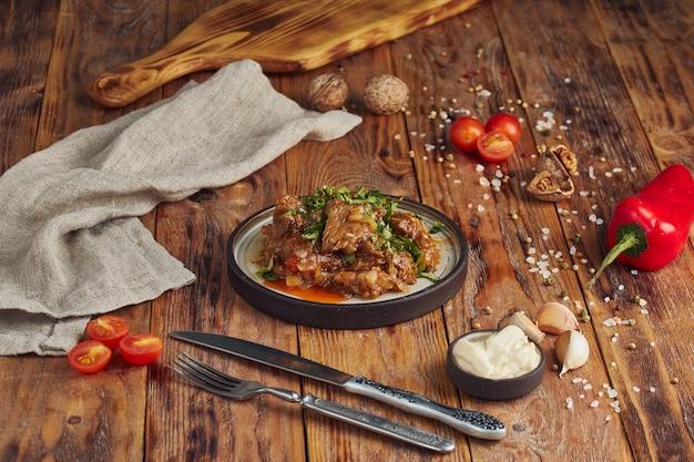 Rundvleesstoofpot met groenten, georgische cuisineon houten lijst Premium Foto