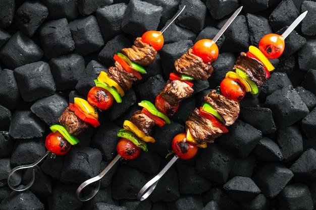 Rundvleesvleespennen die op een sintels hoogste mening worden geroosterd Premium Foto