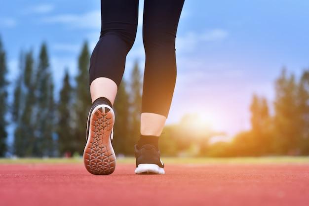 Runner vrouwen lopen oefening sportieve ochtendzon Premium Foto