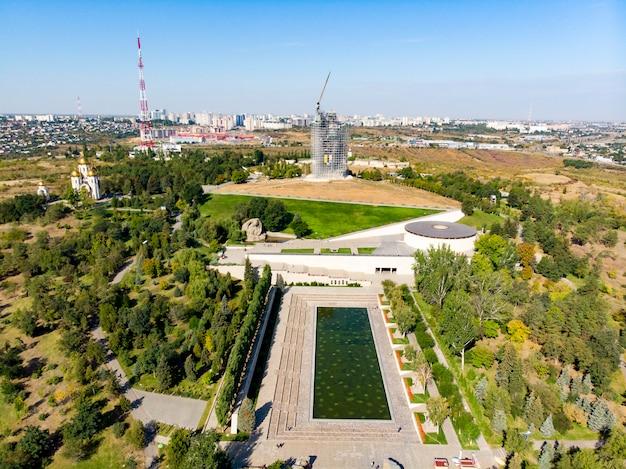 Rusland, volgograd. het monument, dat het thuisland noemt, steekt en herstelt het standbeeld. Premium Foto