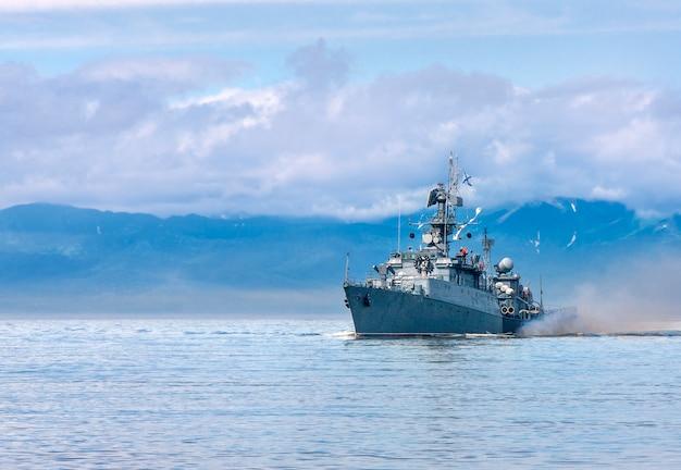 Russisch oorlogsschip dat langs de kust gaat Premium Foto