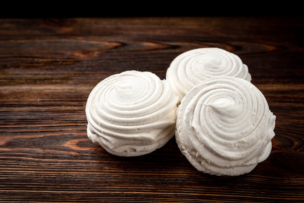 Russische marshmallow op donkere houten tafel Premium Foto