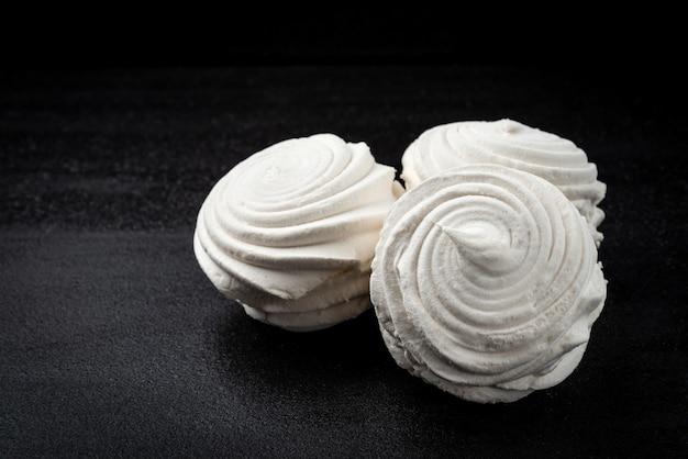 Russische marshmallow op zwarte ondergrond. Premium Foto