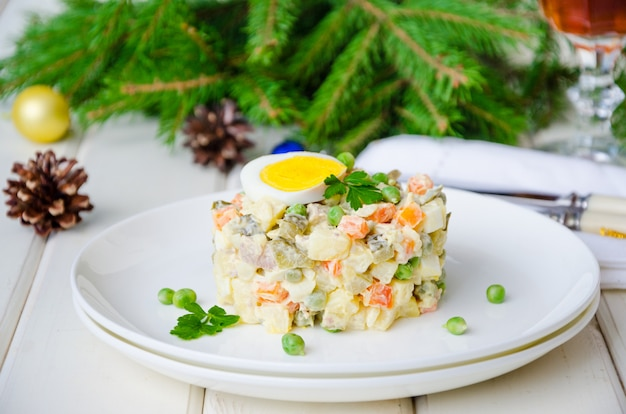 Russische traditionele salade olivier met groenten en vlees voor nieuwjaar en kerstmis Premium Foto