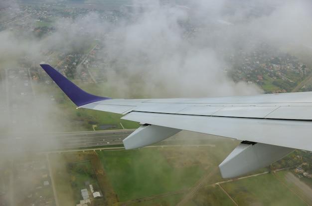 Rust sfeer panoramisch uitzicht van hemel onder vleugel van vliegtuig geweldig landschap van patrijspoort tijdens reis. Premium Foto