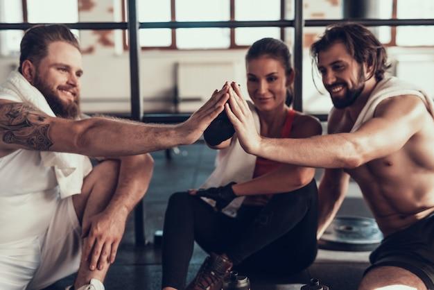 Rustende atleten geven high five aan elkaar. Premium Foto