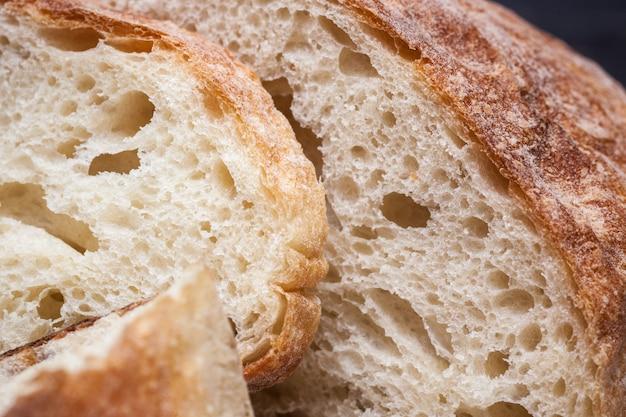 Rustiek brood op houten tafel. donker houten Gratis Foto