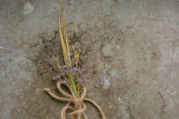 Rustiek vintage knoopsgatboeket van lavendel op ruw beton Premium Foto