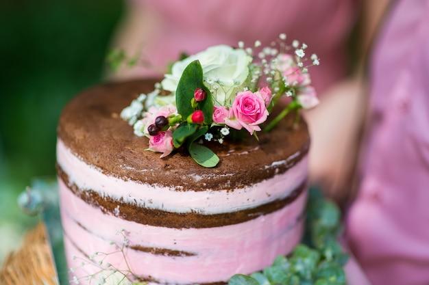 Rustieke bruidstaart versierd met verse bloemen Premium Foto