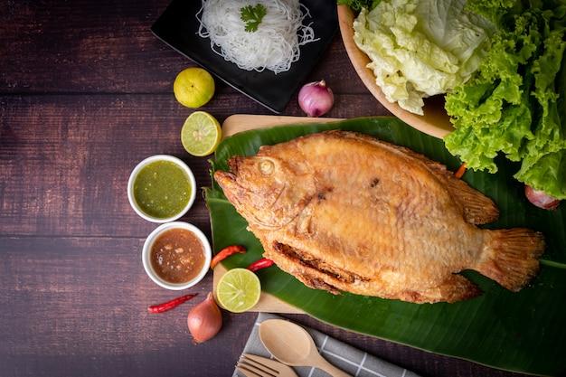 Rustieke gegrilde vis op keukenlijst, traditioneel thais eten. Premium Foto