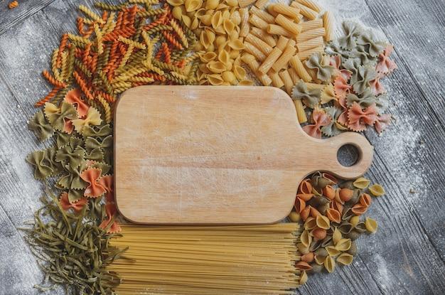 Rustieke houten plaquette met ruimte voor uw tekst, aan alle kanten bekleed met verschillende pasta's Premium Foto