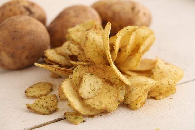 Rustieke ongeschilde aardappelen en friet Gratis Foto