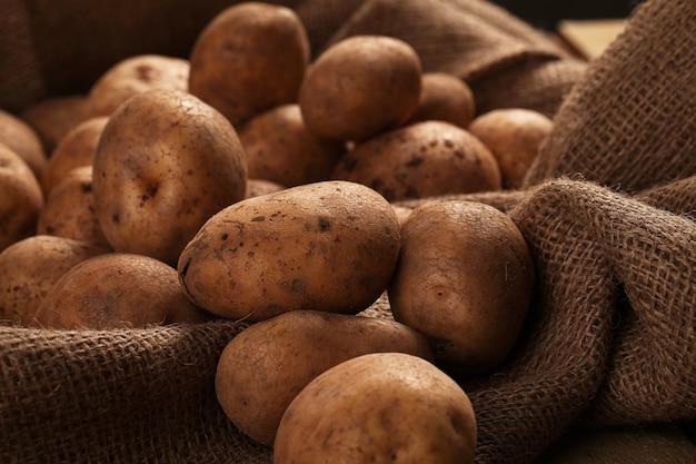 Rustieke ongeschilde aardappelen op een bureau Gratis Foto