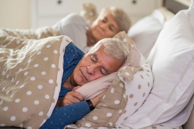 Rustige gezichtsuitdrukking van slapend hoger huwelijk Gratis Foto