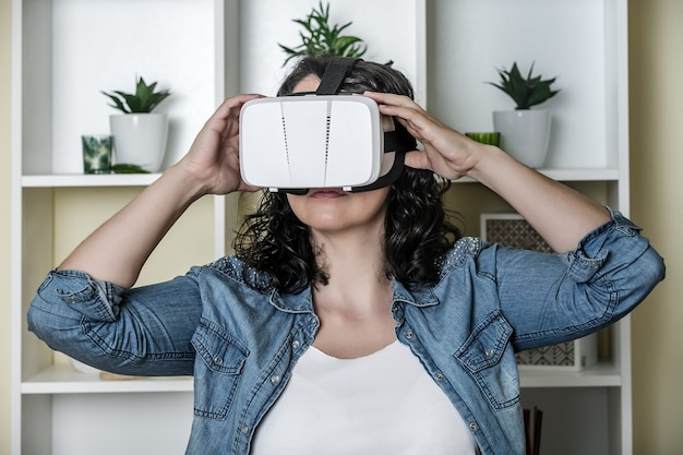 Rustige jonge vrouw in virtual reality-bril Premium Foto