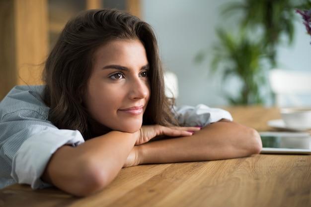 Rustige scène van jonge vrouw in de zitkamer Gratis Foto
