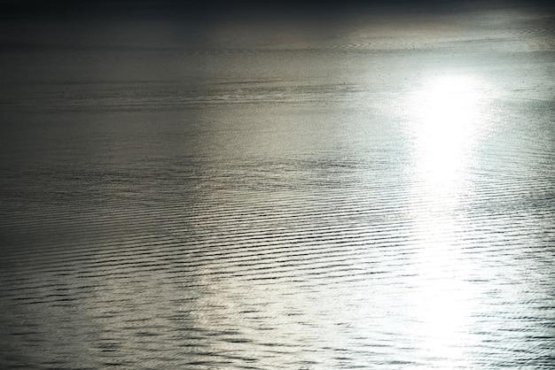Rustige zee met reflectie van de zon Gratis Foto