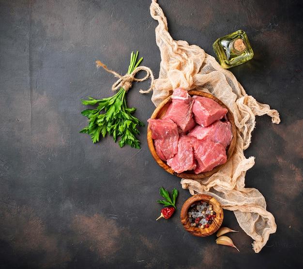 Ruw gehakt vlees met kruiden op roestige achtergrond Premium Foto