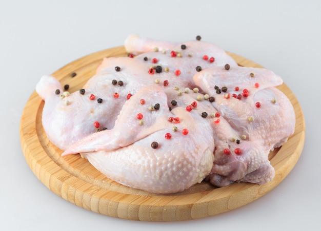 Ruw kippenkarkas op de scherpe die raad op wit wordt geïsoleerd Premium Foto