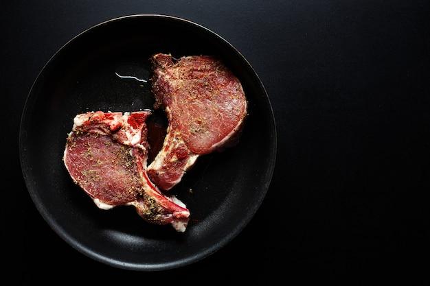 Ruw vleesvarkensvlees met kruiden op pan Gratis Foto