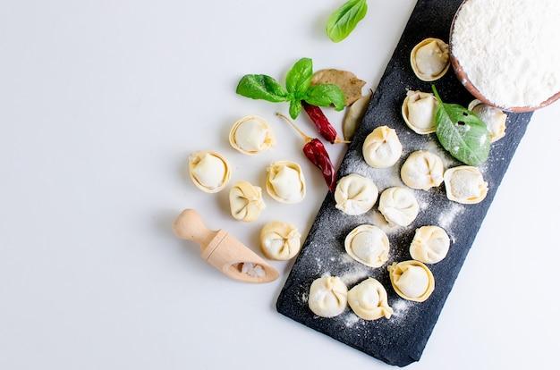 Ruwe dumplings met vlees met bloem Premium Foto