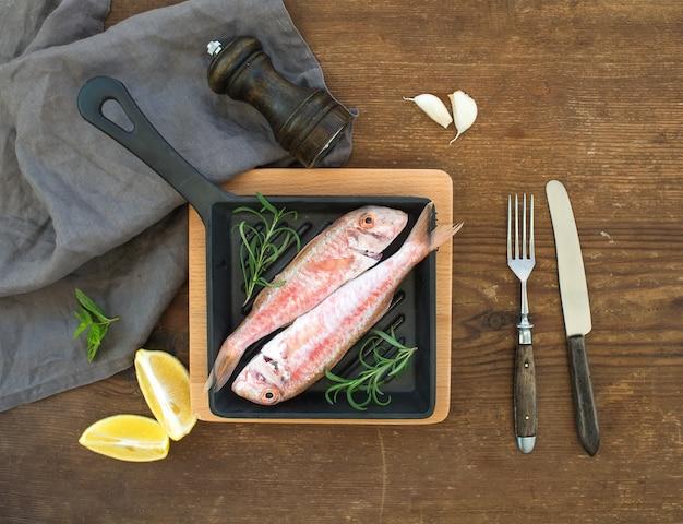 Ruwe ongekookte mulvis in een kokende pan met rozemarijn, citroen en knoflook Premium Foto