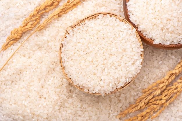 Ruwe rijst in een kom, bovenaanzicht overhead schot, close-up Premium Foto