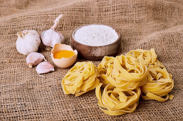 Ruwe tagliatelle pasta op een wollen doek. Gratis Foto
