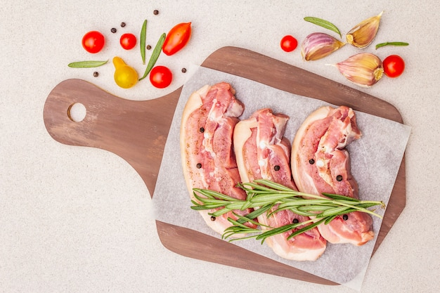 Ruwe varkensbuik met schil, peritoneumvlees Premium Foto
