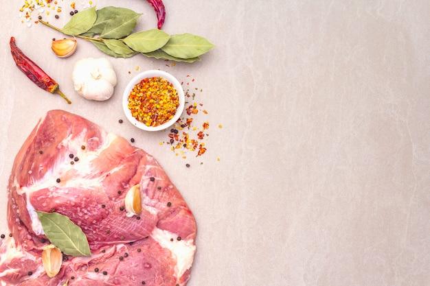 Ruwe varkensschouder met kruiden Premium Foto